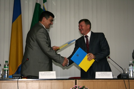Mayor Fedyanin and Mayor Dubovoy exchange the signed partnership agreements