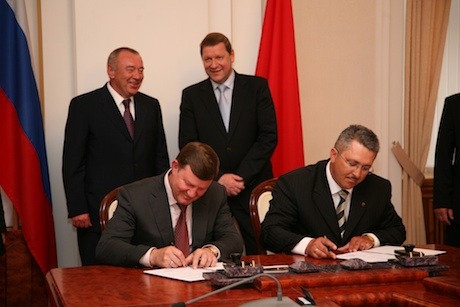 Mayor Fedyanin and Mayor Gordich (right) sign a partnership agreement between the cities (Governor Tchoob and Prime Minister Sidorsky standing)