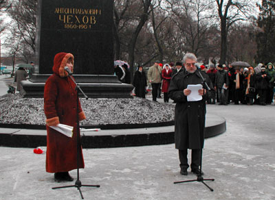 Heinz Setzer delivers a speech by Anton Chekhov Monument in Taganrog on the anniversary of Chekhov birthday, January 29,2005