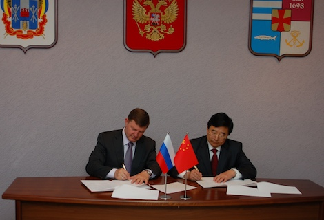 Mayor Fedyanin (left) and Mayor Zhang (right) sign the partnership agreement between Taganrog and Jining (P.R. China)