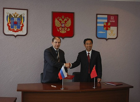 First Vice-Mayor Kuryanov (left) and Vice-Mayor Liu Cheng Wen (right) shake hands after signing the protocol