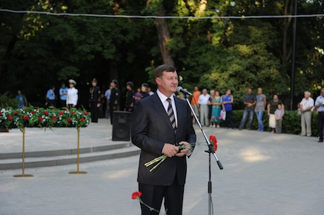 Mayor Fedyanin greeting the citizens at the Eternal Flame monument in the Gorky Park