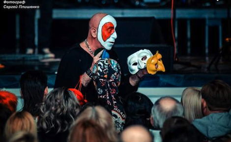 Lino Vairetti with Pulchinella masks during the concert at Taganrog Community Center (GDK)
